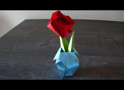 Origami rosa, gambo e vaso